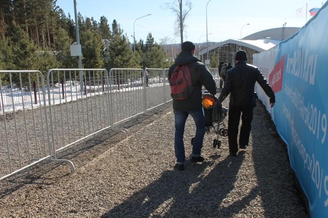 Труднее всего пришлось гостям с колясками, которым пришлось нести их вместе с детьми на руках.