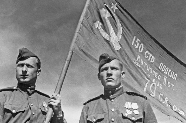 Знамя Победы на купол Рейхстага установили Михаил Егоров и Мелитон Кантария.