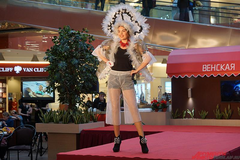Каролина Мамедова вышла на сцену в русском кокошнике из полиэтилена.