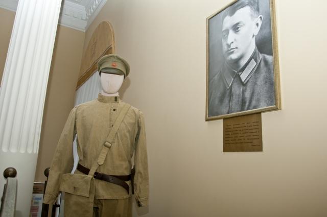 Так выглядела форма бойца Красной армии. Манекен стоит рядом с портретом командующего 5-й армии Михаила Тухачевского.