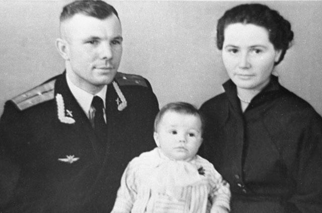 Юрий Гагарин с женой Валентиной и дочерью Еленой.