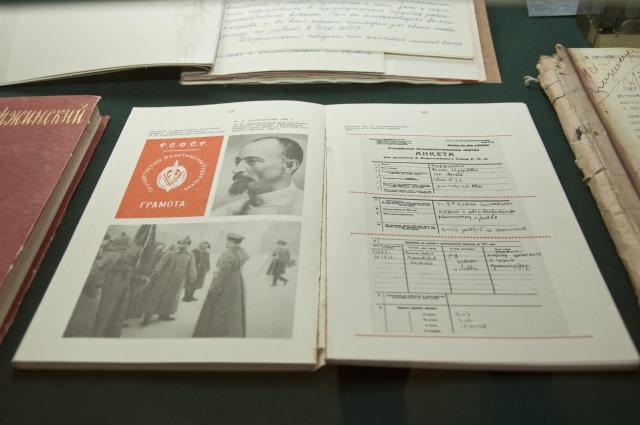 На экспозиции представлены архивные документы.