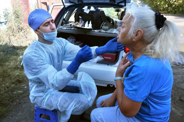Евгений Косовских лечит гнойные раны, мерит давление и раздает мази и таблетки от кашля.
