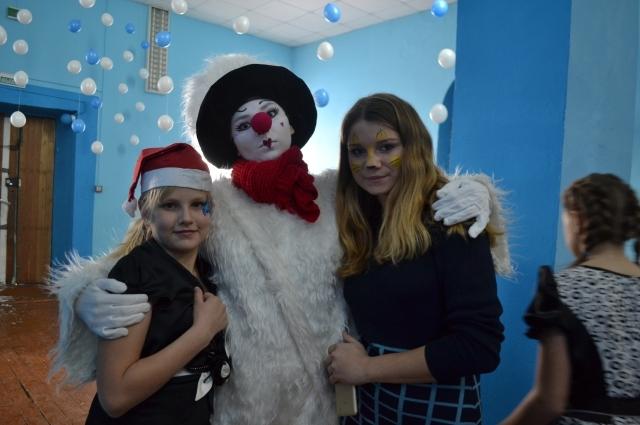 В Трещевский вместе с Дедом Морозом приехали снеговики.