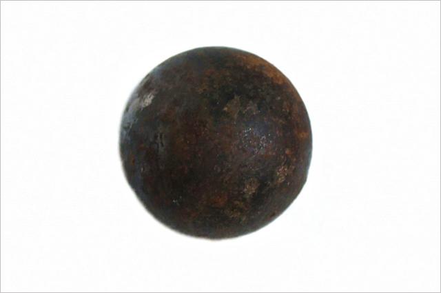 Чтобы Земля превратилась в чёрную дыру, её нужно сжать до сферы размером в 1 см. Солнце нужно сжать до 3 км.