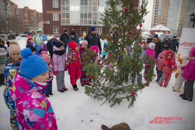 Водить хороводы с Дедом Морозом и Снегурочкой - большая радость для ребят.