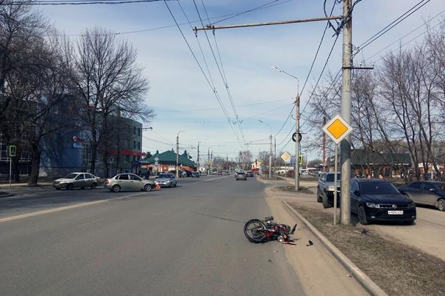 Выезжая со второстепенной дороги, водитель «Лады» не уступил ехавшему по главной мопеду