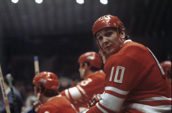 Сборная СССР по хоккею. В минуты отдыха между схватками на ледяной площадке. Александр Мальцев 1974 г