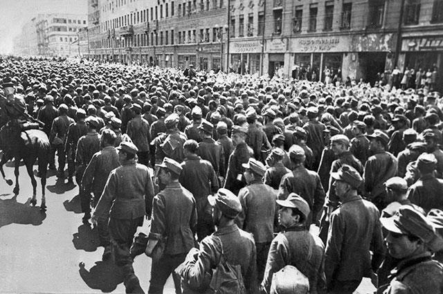 Колоннами по Садовому кольцу и другим улицам столицы прошли около 57 000 немецких солдат и офицеров.