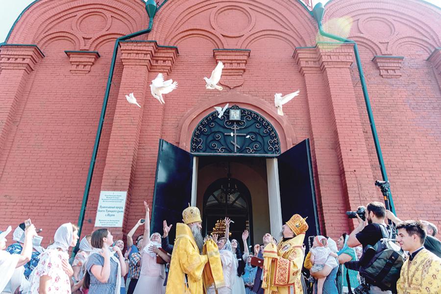 Символом гармоничных отношений стали выпущенные в небо белые голуби.