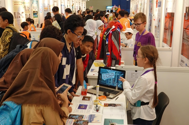 Даша представила своё изобретение в Индонезии.