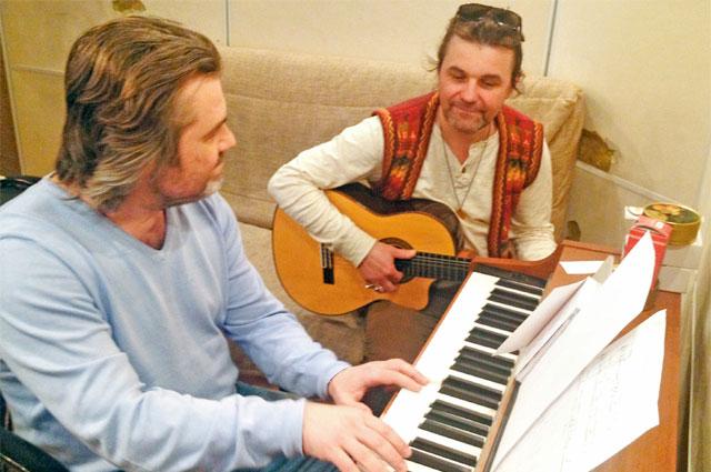 В Крылатском, недалеко отПаскаля, живёт его друг, поэт-песенник Константин Арсенев,– он часто приходит вгости кпевцу, надмногими музыкальными композициями они работают вместе.