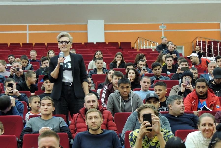 Каждый хотел задать свой вопрос Хабибу Нурмагомедову.