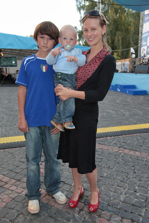Юлия Ромашина с сыновьями Дмитрием и Даниилом, 2009 год.