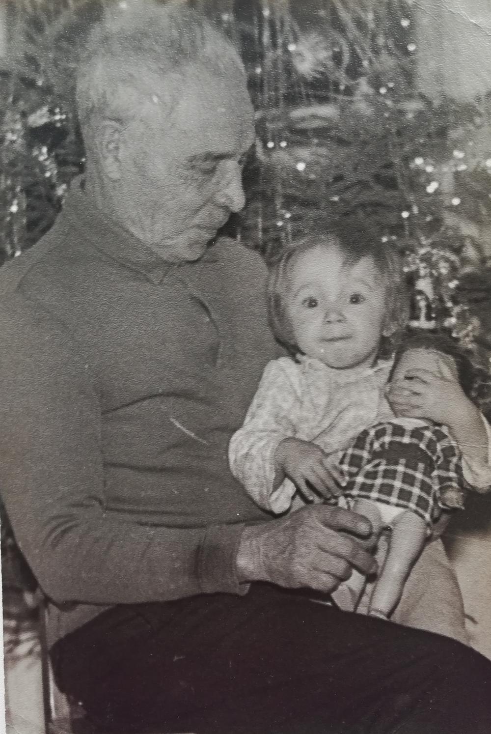Фрол Корнеев с внучкой Светой