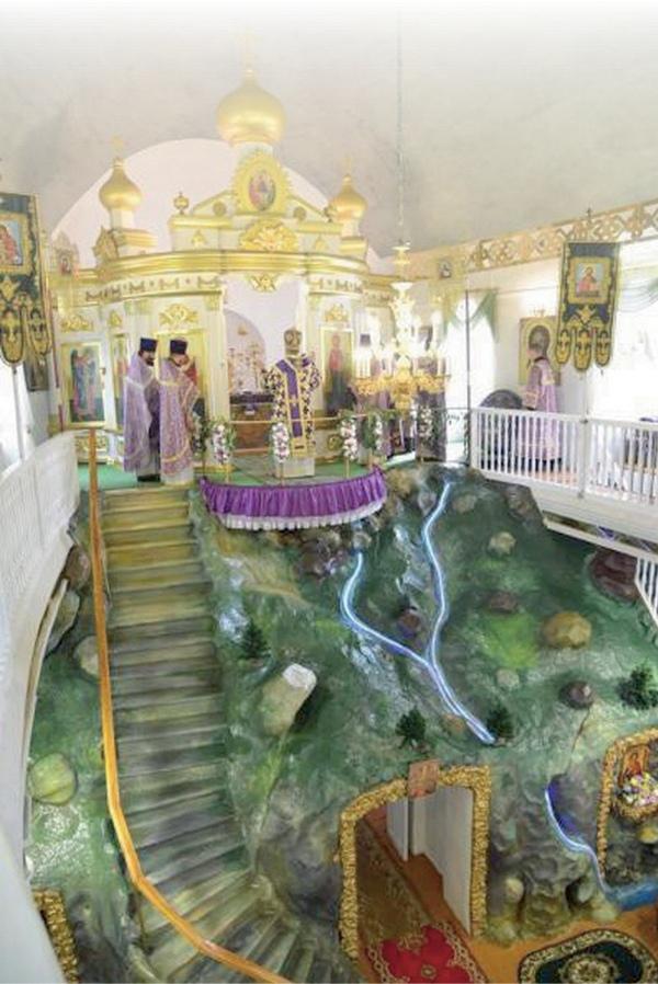 Хотя в Творишичах практически не осталось местных жителей, службы в необычном храме-корабле продолжаются по воскресеньям и праздничным дням.