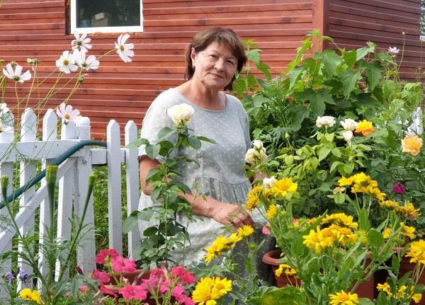 Татьяна Полякова смогла вырастить белые розы.