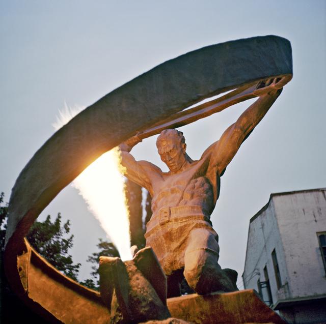 Памятник пожарным, погибшим при тушении пожара нефти вгоды Великой Отечественной войны 1941-1945гг. Скульптор— Руслан Мамилов.