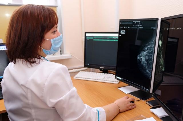Врач-рентгенолог Эллина Яровая за работой.