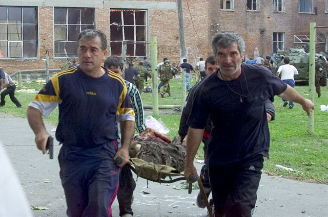 Больше тысячи человек удерживались в заложниках в течение двух с половиной суток, штурм захваченной школы начался 3 сентября