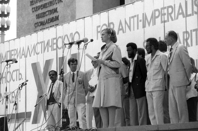 Людмила Швецова, секретарь ЦК ВЛКСМ, выступает на митинге солидарности с народами Африки, который прошёл в рамках ХII Всемирного фестиваля молодёжи и студентов. 1985 год