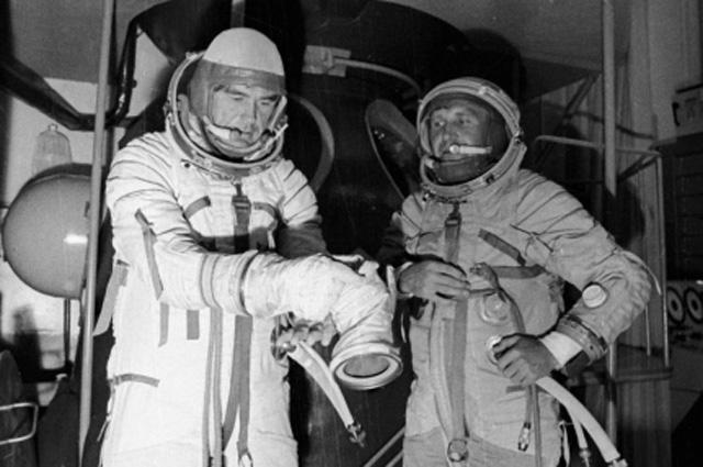 Лётчики-космонавты Василий Лазарев (слева) и Олег Макаров (справа) после тренировки на корабле-тренажёре