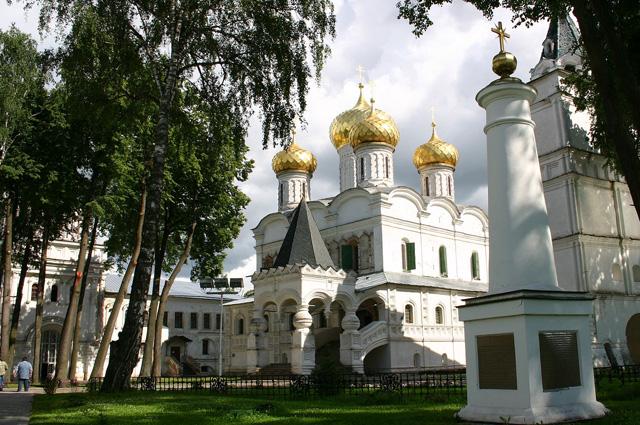 Ипатьевский монастырь. Архиерейский корпус, Троицкий собор и звонница
