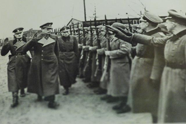 Генерал Андрей Власов вместе снемецкими офицерами принимает парад частей «РОА». Фотография изархивов ФСБ России.