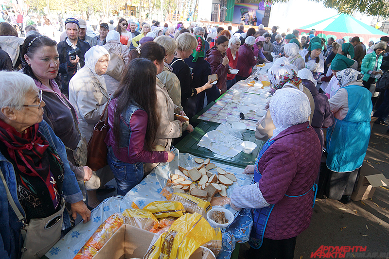 Неподалеку от главной сцены всем желающим бесплатно раздавалась тарелка с халяльной пищей