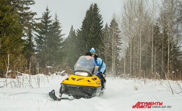 Прогулка на снегоходе дарит острые ощущения и заряд бодрости.