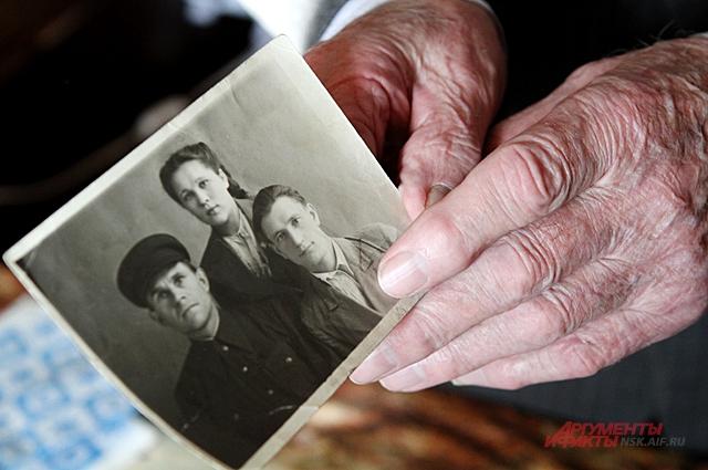 Вместе с женой они прожили долго и у них родились две дочери.
