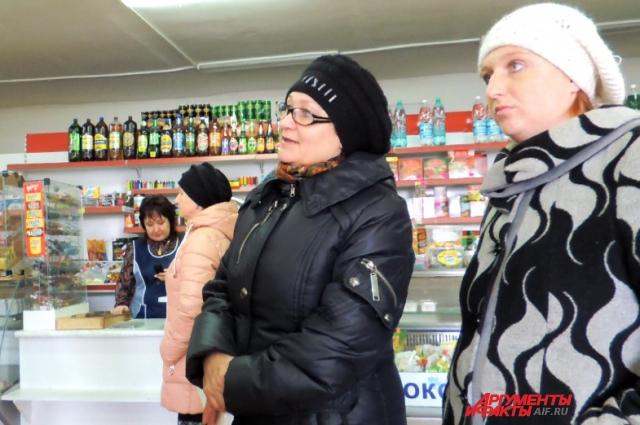 В местном продуктовом магазине собирают подписи в защиту главы и обсуждают последние новости.