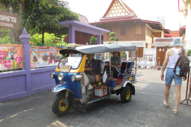 Вместо автобусов по городу ходят мотоциклы с колясками