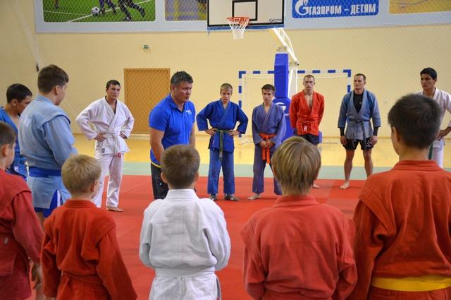 Известный спортсмен и актер Олег Тактаров проводит мастер-класс для касимовских мальчишек.