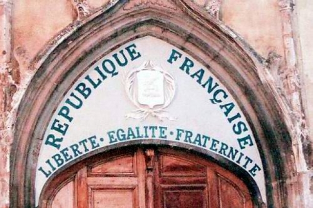 Тимпан церкви с надписью 1905 года, сделанной после издания закона 1905 г. об отделении церкви от государства.