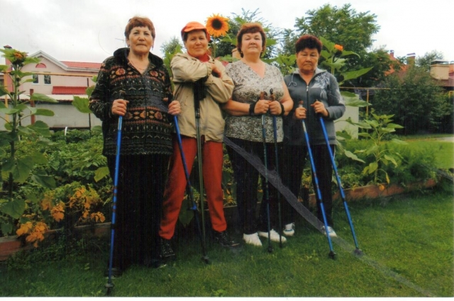 На скандинавскую ходьбу «подсели» чуть ли не все бабушки Балтыма.