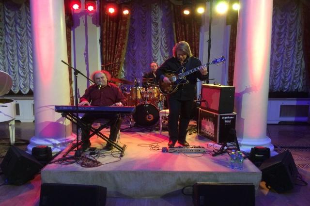 Сергей Манукян (слева) привез в Казань рождественский джаз.