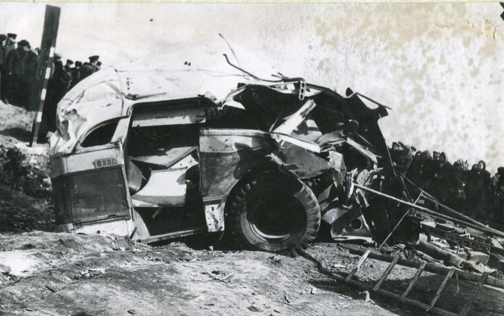 В результате наезда автобус переломан на две части.