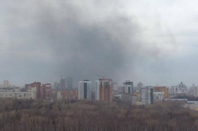 Дым виден в разных районах города