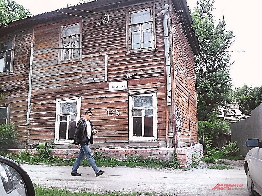 Саратов. Многоквартирный дом на ул. Вольской, который жильцы называют бараком, построен ещё в 1870 г