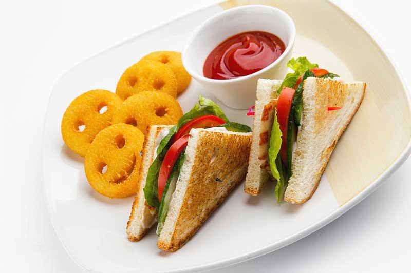 Сэндвич с курицей и картофельными смайлами