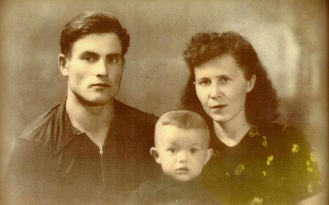 Михаил Девятаев с женой и старшим сыном.