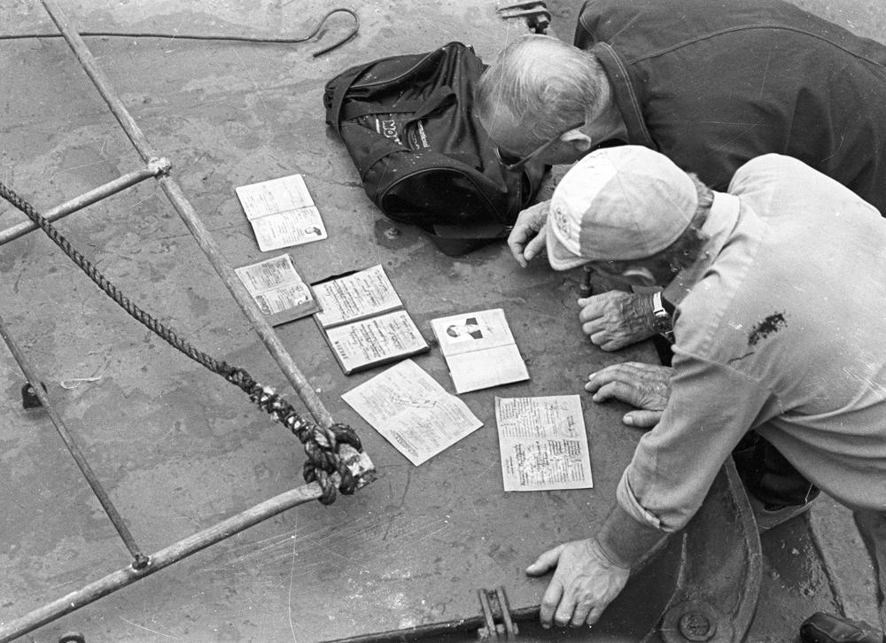 Документы погибших пассажиров, поднятые со дна Черного моря.