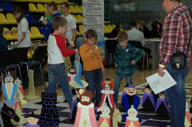 Взрослые и дети создавали из конструкторов затейливые фигуры.