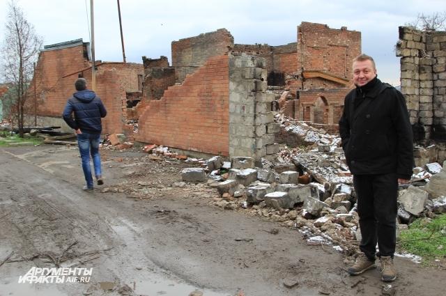 Ростовчане приходят посмотреть на пепелище, словно на экскурсию.