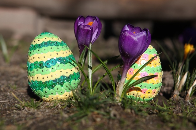 С помощью кондитерской посыпки или других мелких элементов можно необычно декорировать яйцо.