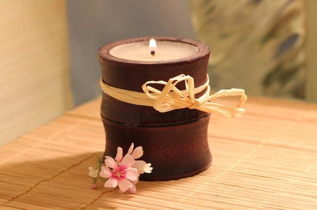 Чтобы придать свече кофейный аромат, добавьте в воск молотый кофе.