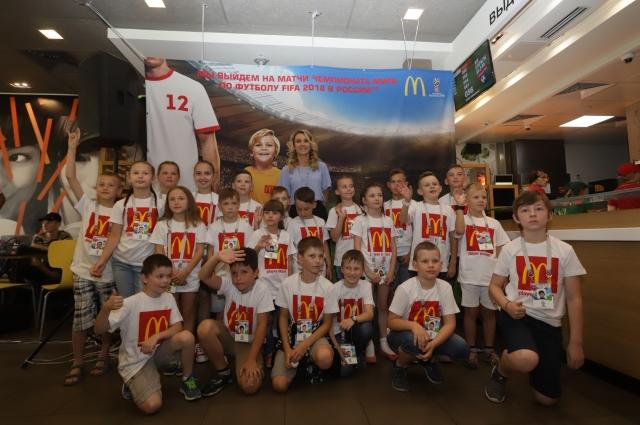 Наталья Ищенко поздравила маленьких любителей футбола со столь значительным событием в их жизни.