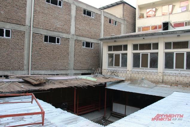 Здание синагоги изрядно обветшало, стены покрыты трещинами, под ногами пыль. Внутренний двор.