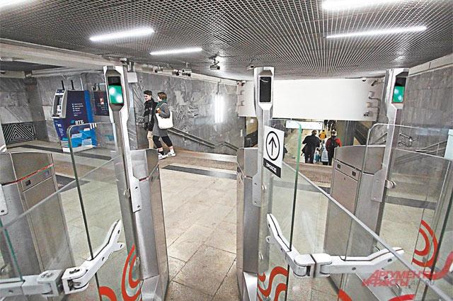 Камеры, установленные на турникетах на станции метро «Октябрь- ское Поле», снимают всех пассажиров без исключения.